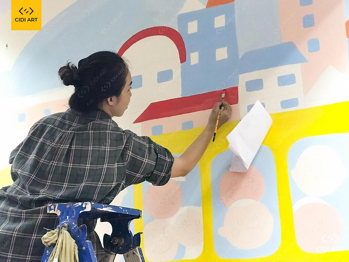 Hoạ sĩ đang tô màu tranh tường mầm non tại hà nội